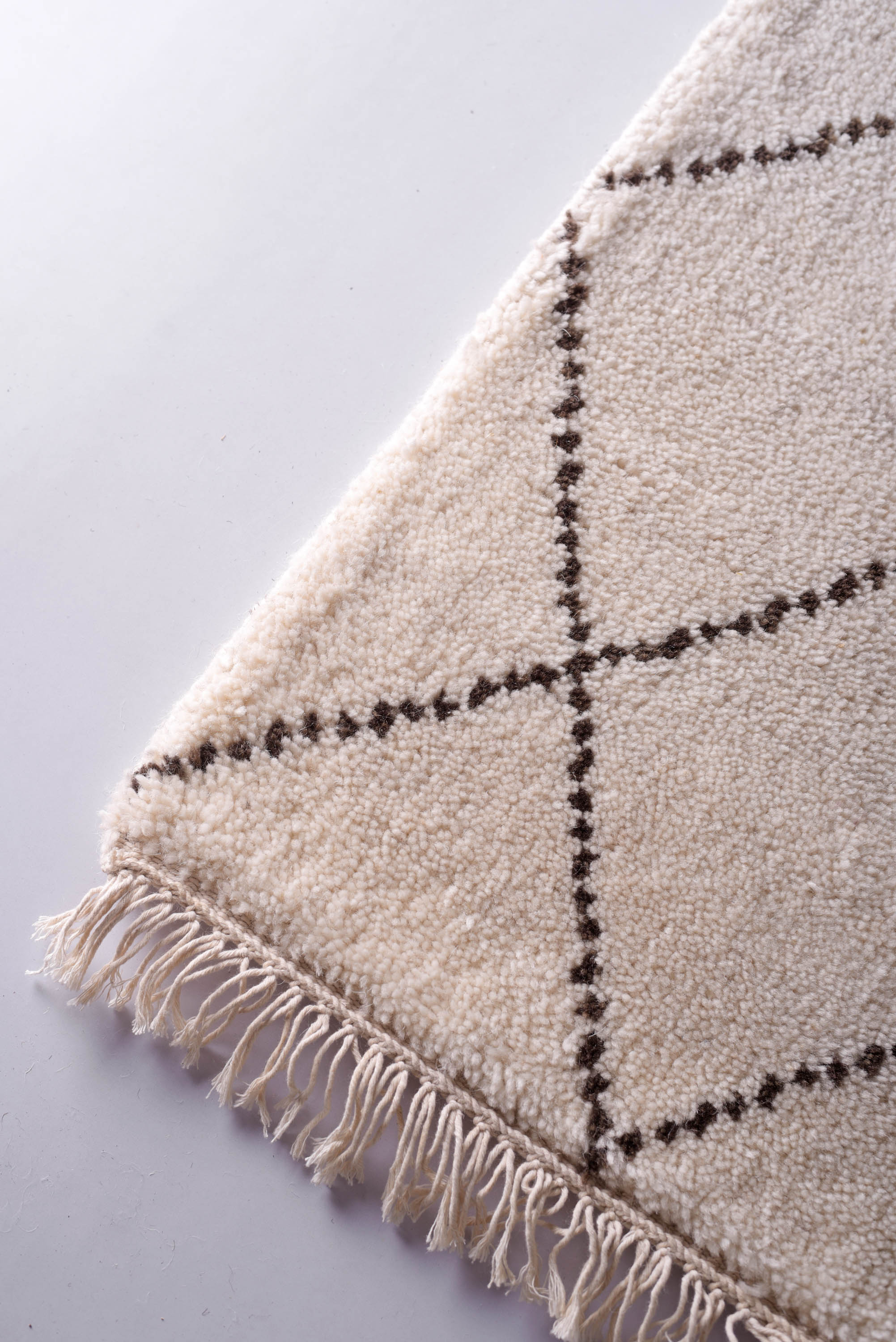 Moroccan wool rug, white and black color, hand tufted, wool and cotton mix, size 48x72 inches